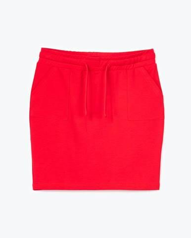 Obtiahnutá mini sukňa